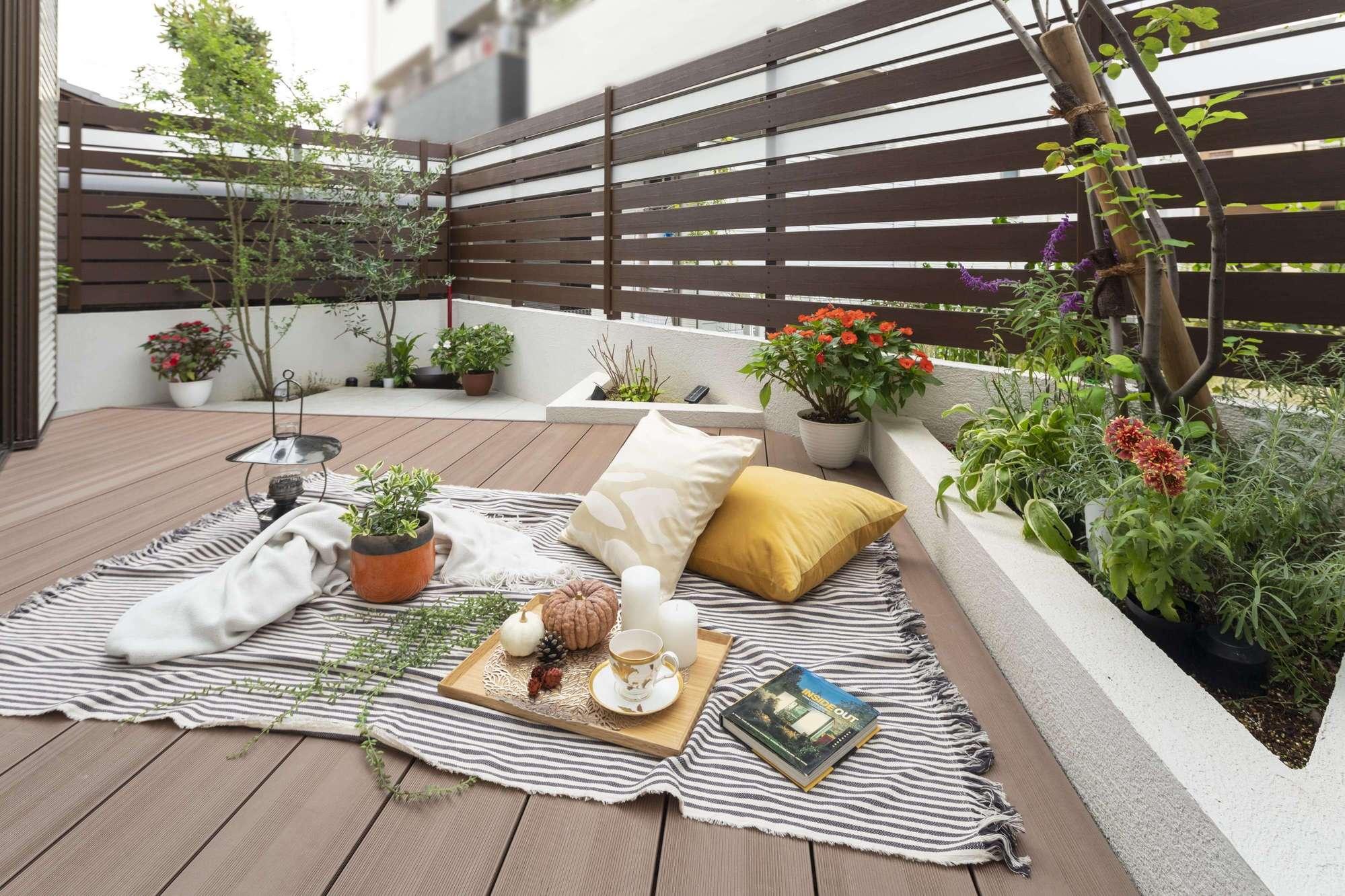 人工木ウッドデッキ 樹ら楽ステージ木彫 LIXIL お庭 ガーデン