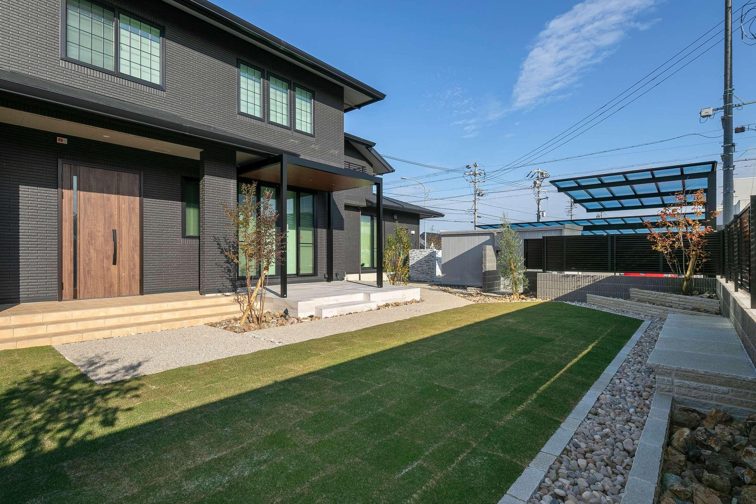 二世帯住宅 庭 ガーデン 芝生 自然石