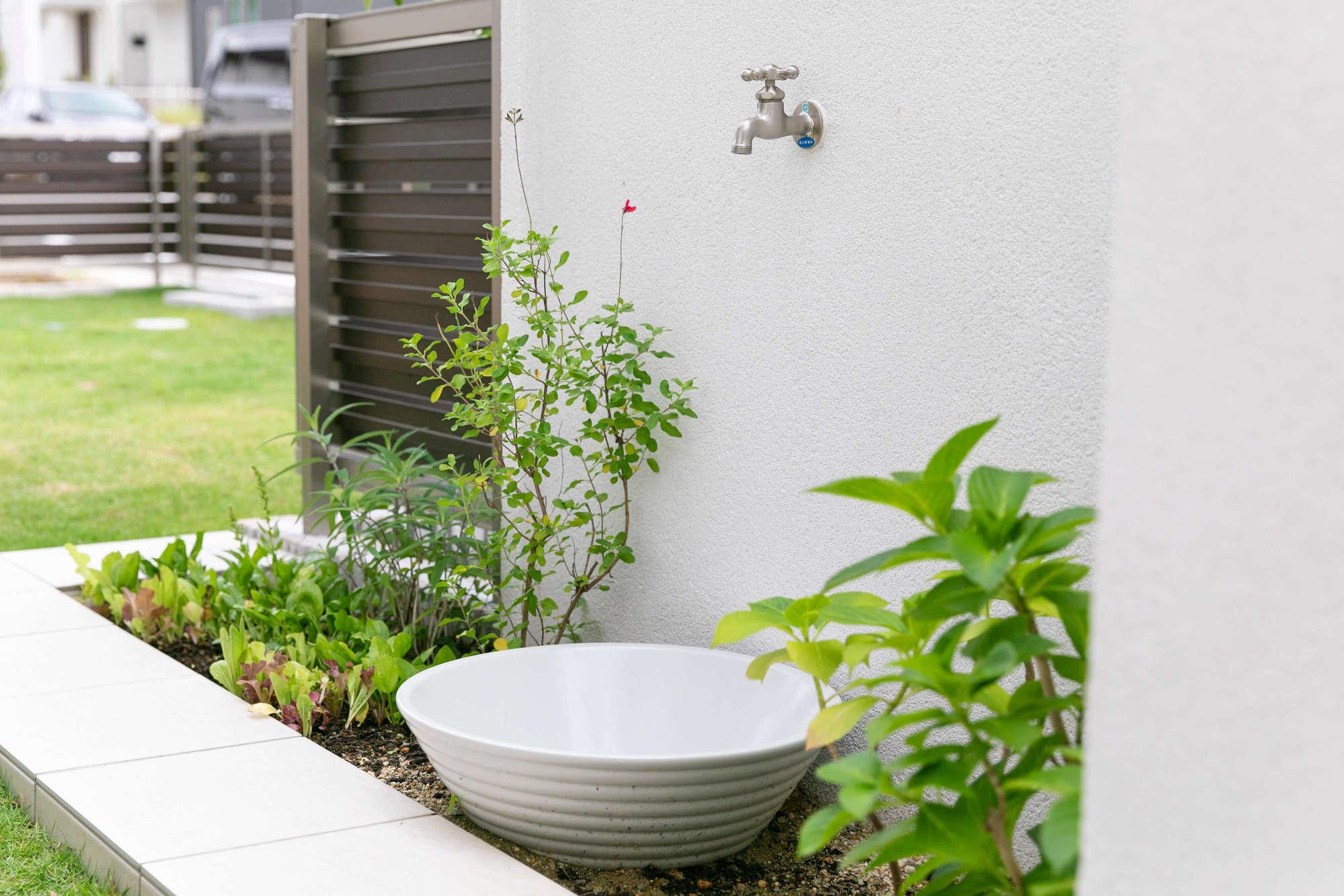 蛇口、庭、花壇、植栽、立水栓、芝生