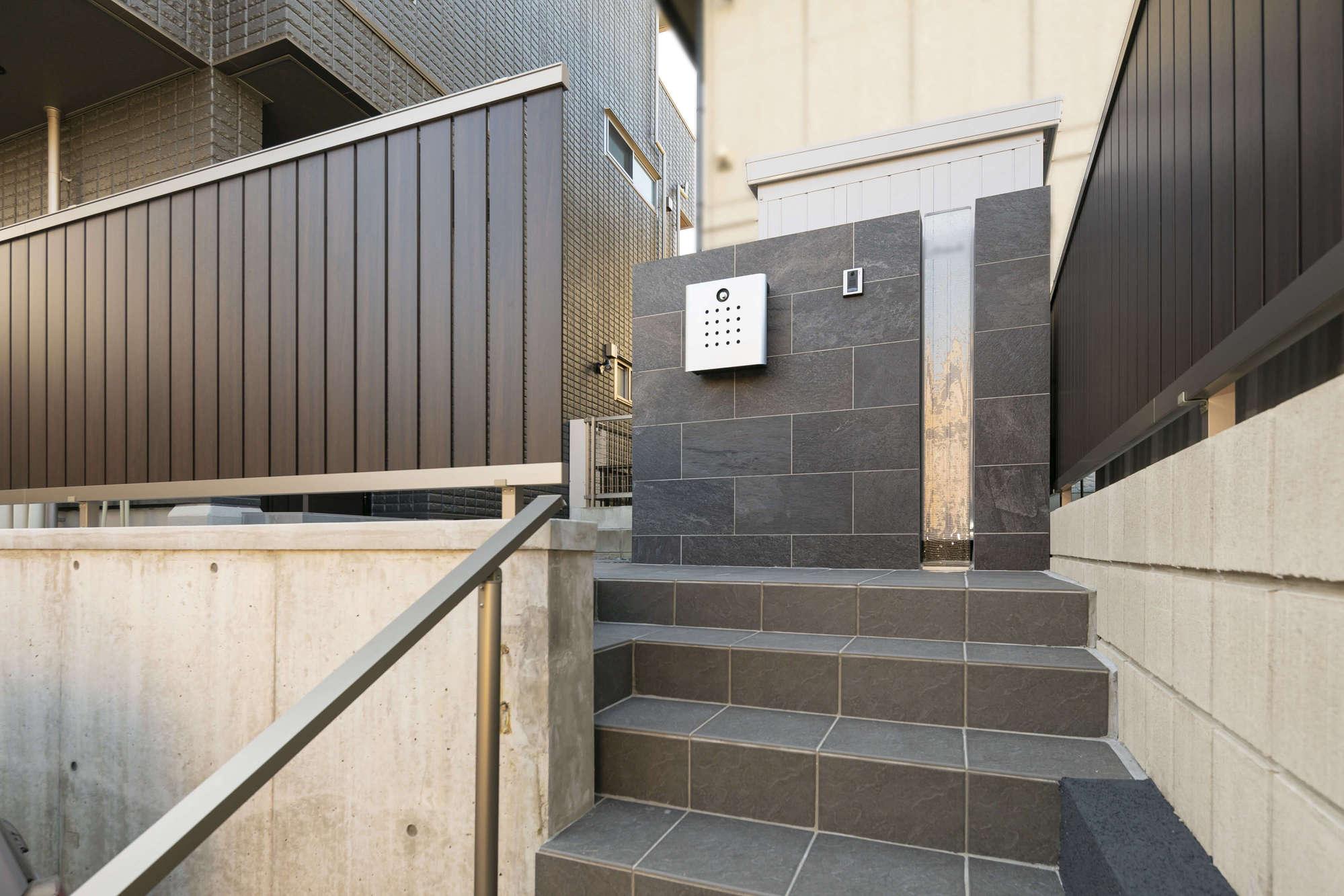 新築外構 へーベルハウス 二世帯住宅 ガラス表札 高低差
