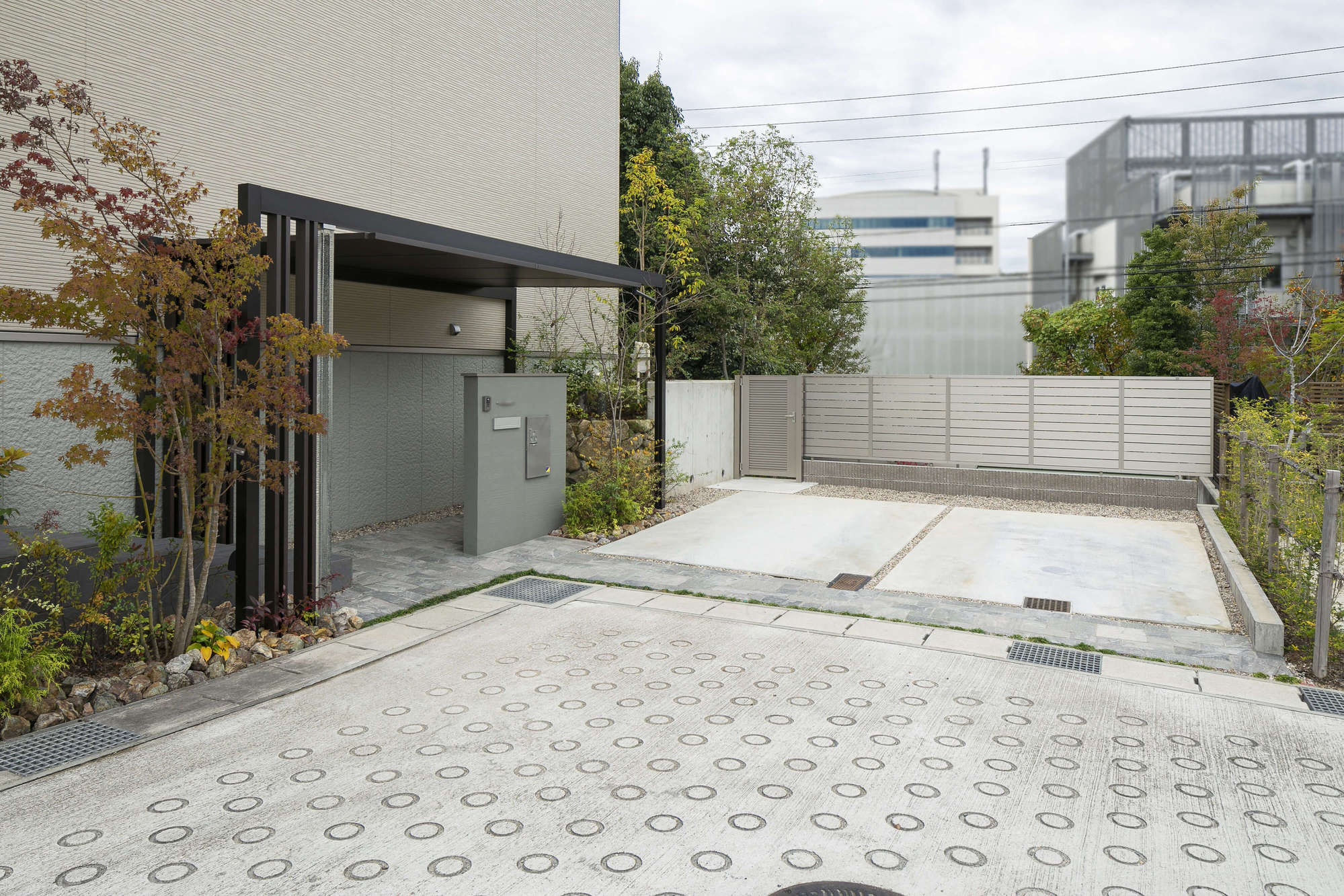 ルーフ 新築外構 積水ハウス 庭 物置 メタルシェッド 高低差のある 雑木風